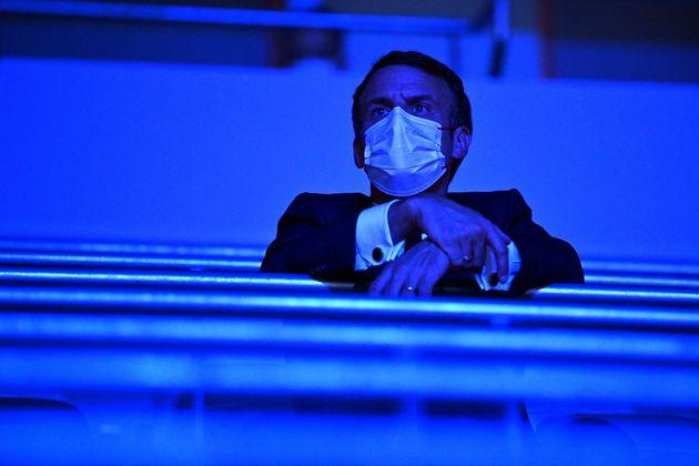 Le président Emmanuel Macron est vu dans les tribunes pendant la minute de silence lors de la cérémonie d