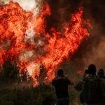 Ανεξέλεγκτη η φωτιά στη Βαρυμπόμπη, τιτάνια μάχη για ανακοπή της πορείας