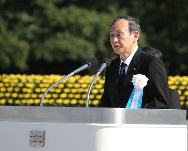 平和記念式典であいさつする菅義偉首相=8月6日午前、広島市中区