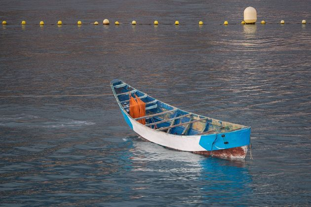 Un cayuco de madera, en el cuerpo de Los Cristianos (Tenerife) tras un rescate de Salvamento