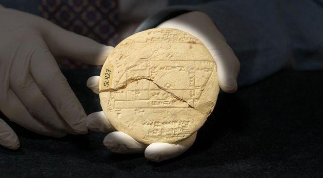 La tablette est celle d'un géomètre documentant une vente de