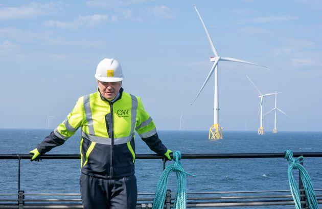 Le premier ministre britannique Boris Johnson lors d'une visite sur un champ d'éoliennes en Ecosse le...