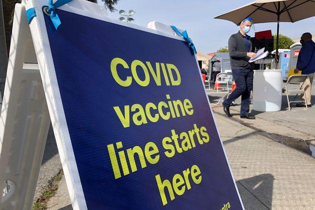 Un centro de vacunación contra COVID-19 en el vecindario Bayview, de San Francisco, California, el 8...