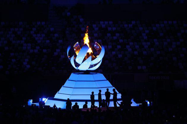 La llama de los Juegos de Tokio se cierra durante la ceremonia de