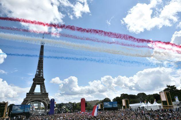 Le Japon passe le flambeau à la France pour les JO 2024 (La patrouille de France survole le Trocadero...