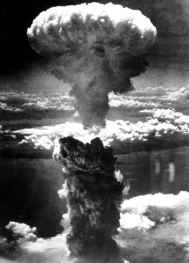 長崎市への原子爆弾投下に伴って発生したキノコ雲。米軍の爆撃機B29から撮影された。