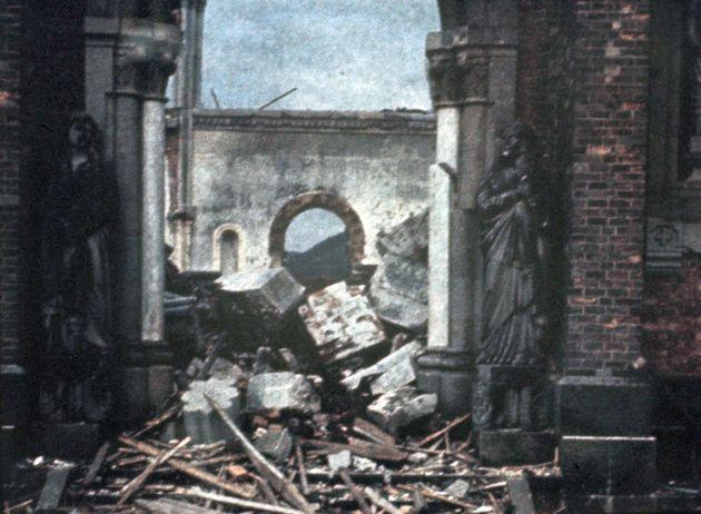 浦上天主堂南側入り口。爆心側の入り口で、聖ヨハネ像(右)と悲しみのマリア像が立つ(長崎)