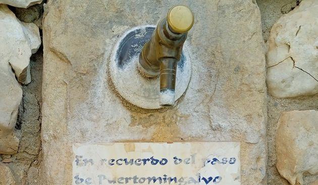 La placa que hay en la fuente de Puertomingalvo