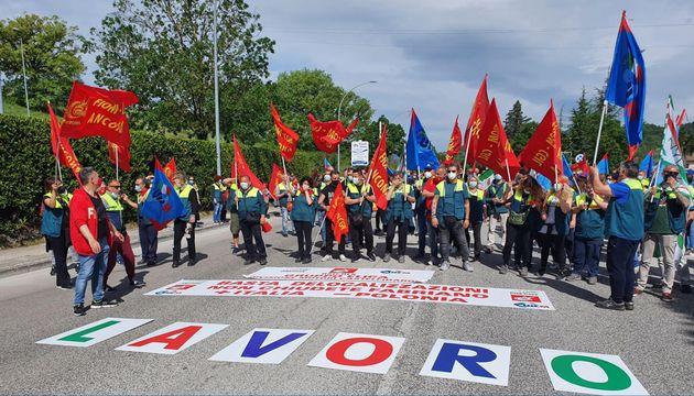 Partecipanti alla manifestazion indetta dal coordinamento unitario sindacale di Elica contro i contenuti...