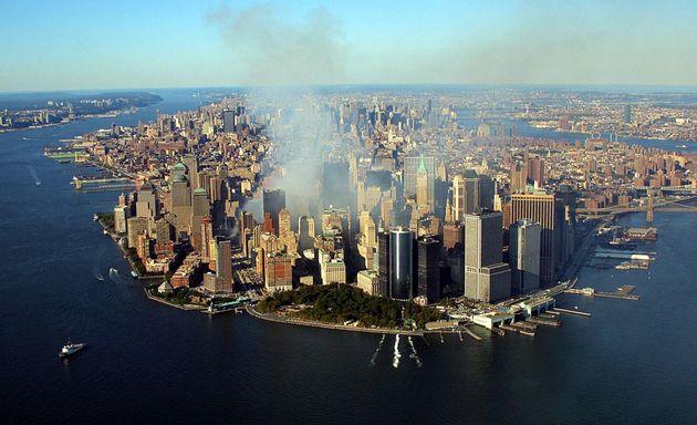 De la fumée s'élevant du World Trade Center détruit, à New York, le 15 septembre