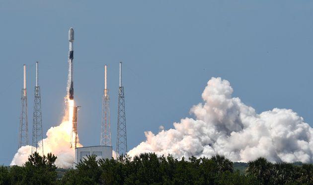 Une fusée Falcon 9 de SpaceX décolle de l'aire de lancement 40 de la station spatiale de...