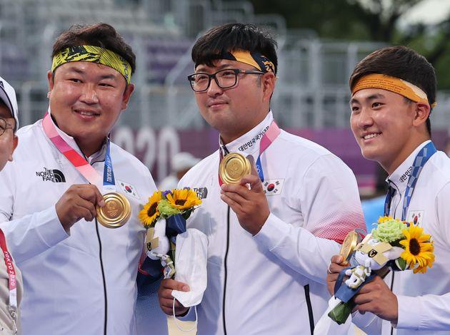 2020 도쿄올림픽 양궁 남자 단체전에서 금메달을 목에 건 오진혁, 김우진,
