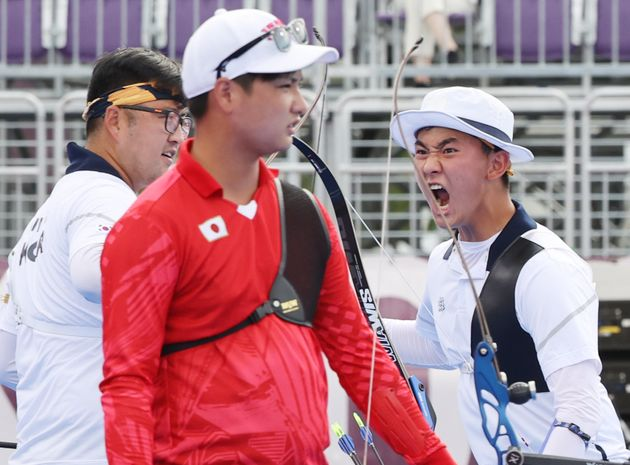 양궁 김제덕이 7월 26일 일본 도쿄 유메노시마 공원 양궁장에서 열린 2020 도쿄올림픽 양궁 남자단체전 4강 일본과의 경기에서 함성을 지르고