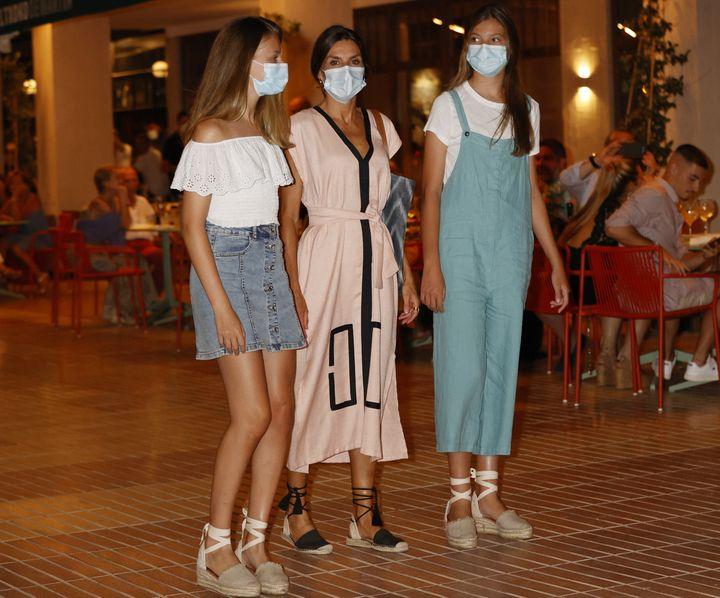 Leonor, Letizia y Sofía salen de cenar del restaurante de Martín Berasategui en Palma de Mallorca.