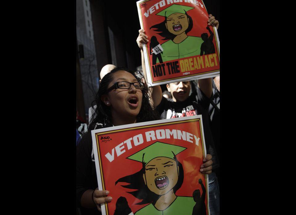 Lucy Allain, originario de Lima, Perú y estudiante del Colegio Comunitario del condado de Queens durante una manifestación fr