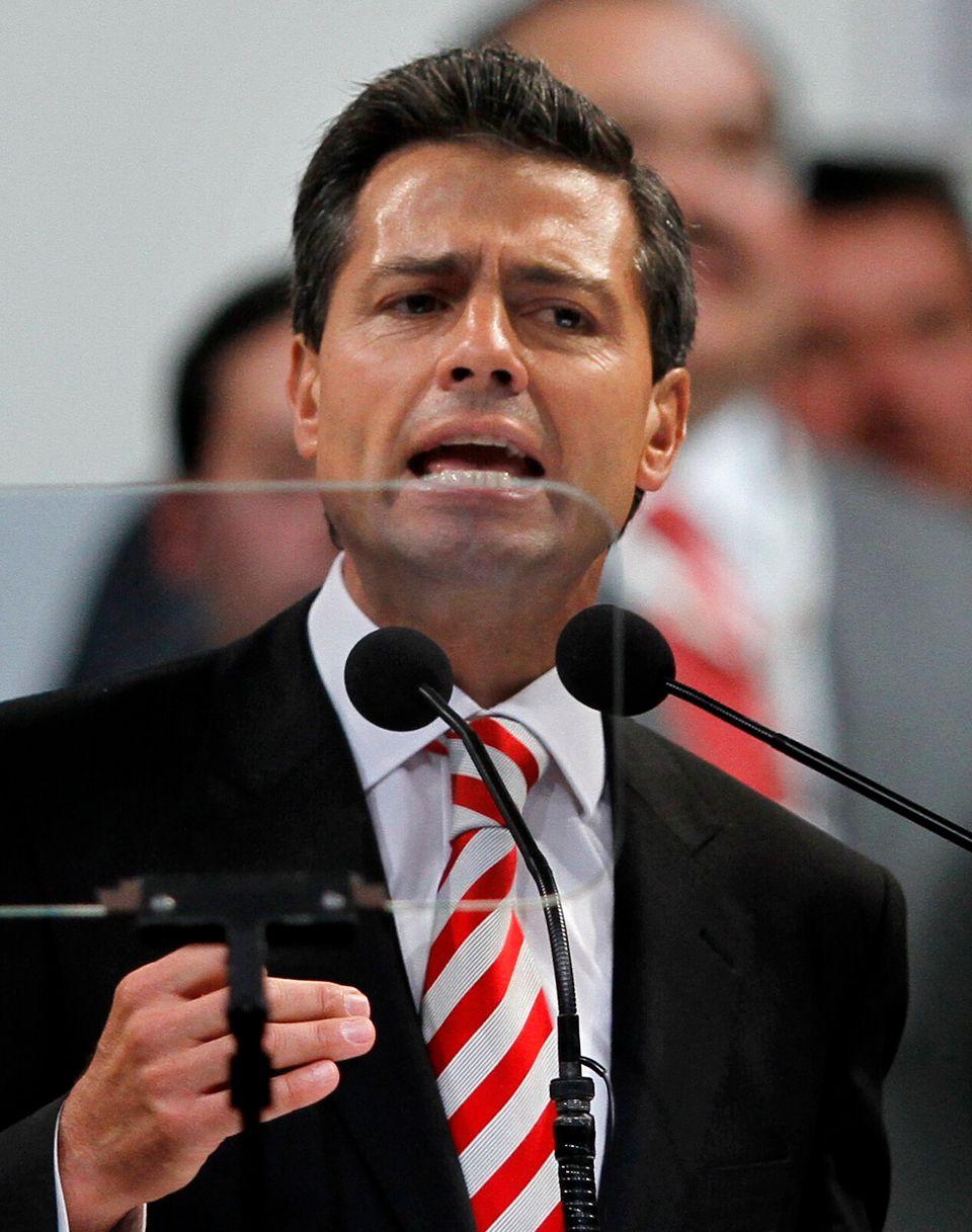 El presidente de México Enrique Peña Nieto pronuncia un discurso durante una convención nacional de su partido, el Revolucion