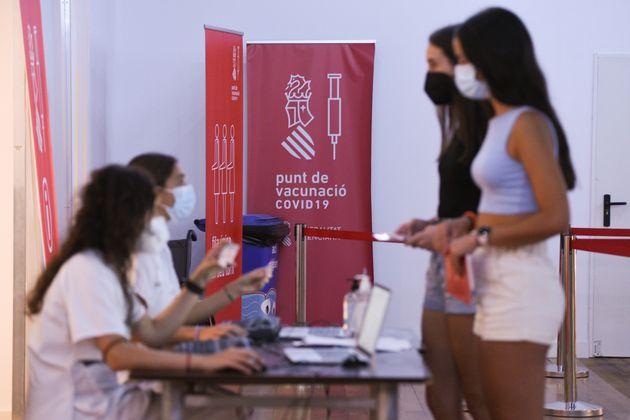 Varias adolescentes se registran para recibir la primera dosis de la vacuna en Xátiva, Valencia,...