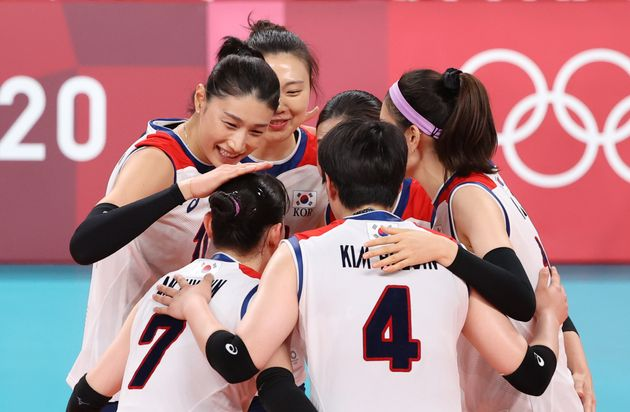 배구 김연경이 8일 일본 도쿄 아리아케 아레나에서 열린 '2020 도쿄올림픽' 여자 배구 동메달전 대한민국과 세르비아의 경기에서 동료들을 격려하고