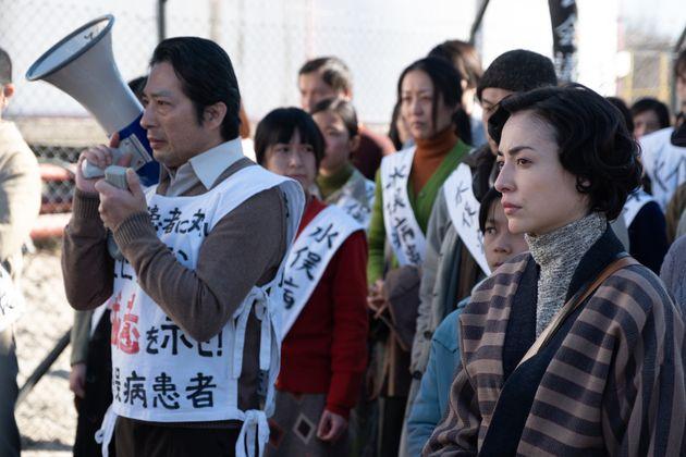 美波さん(右)がアイリーンさんを演じた。左はヤマザキ・ミツオ役の真田広之さん
