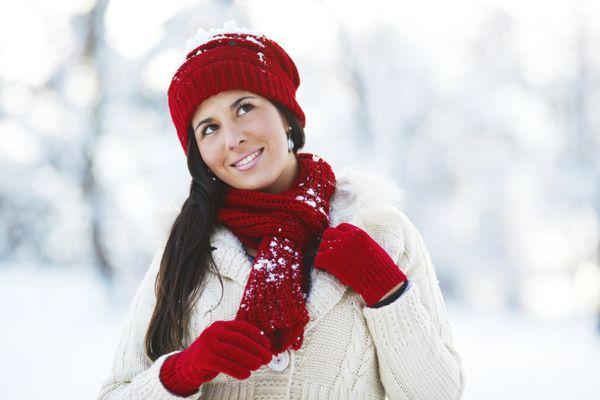 Un acierto: objetos de color rojo. Una bufanda, guantes, sombreros o cualquier prenda. También ropa deportiva, o accesorios c
