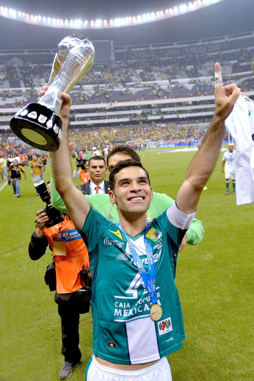 Rafa Márquez consigue su primer título como Campeón del Fútbol Mexicano con el equipo Club León en el Estadio Azteca, tras im