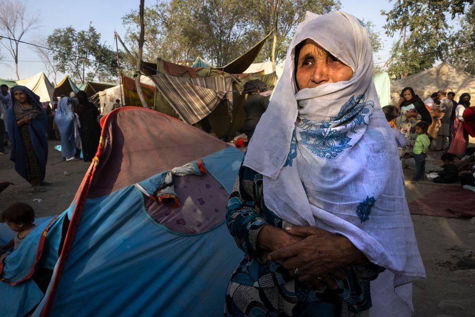 Refugiados afganos huyendo de sus hogares a medida que avanzan los