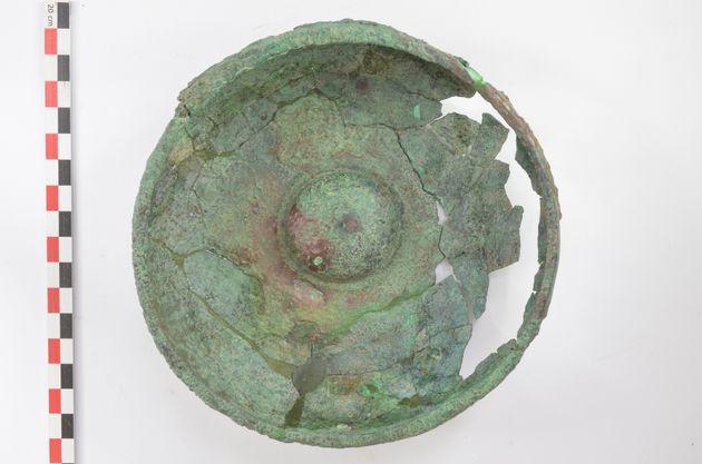 Αποθέτης του υστεροαρχαϊκού ναού της Αμαρυσίας Αρτέμιδος στην Αμάρυνθο - χάλκινη φιάλη της ανασκαφής...