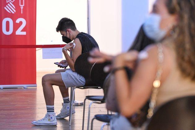 Un adolescente espera en Valencia tras recibir la vacuna contra el coronavirus, el pasado 10 de