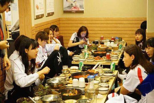 2014년 아시안게임에서 우승한 뒤 김치찌개로 회식을 하는 여자배구 대표팀
