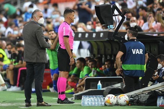 El árbitro mira el VAR antes de expulsar a Hugo