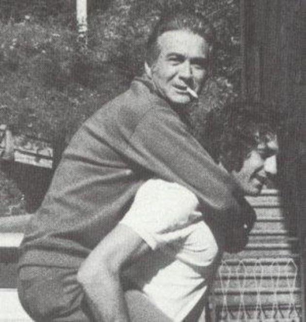 Tommaso Maestrelli sulle spalle di Giorgio Chinaglia in una immagine tratta dal profilo Facebook di Giorgio Chinaglia. ANSA