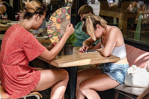 Des personnes à la terrasse d'un restaurant de Barcelone, le 12 août