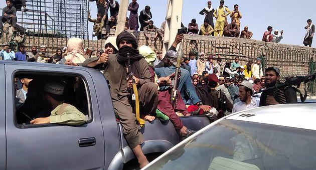 アフガニスタン東部ジャララバードに入った反政府勢力タリバンの戦闘員ら(8月15日撮影)