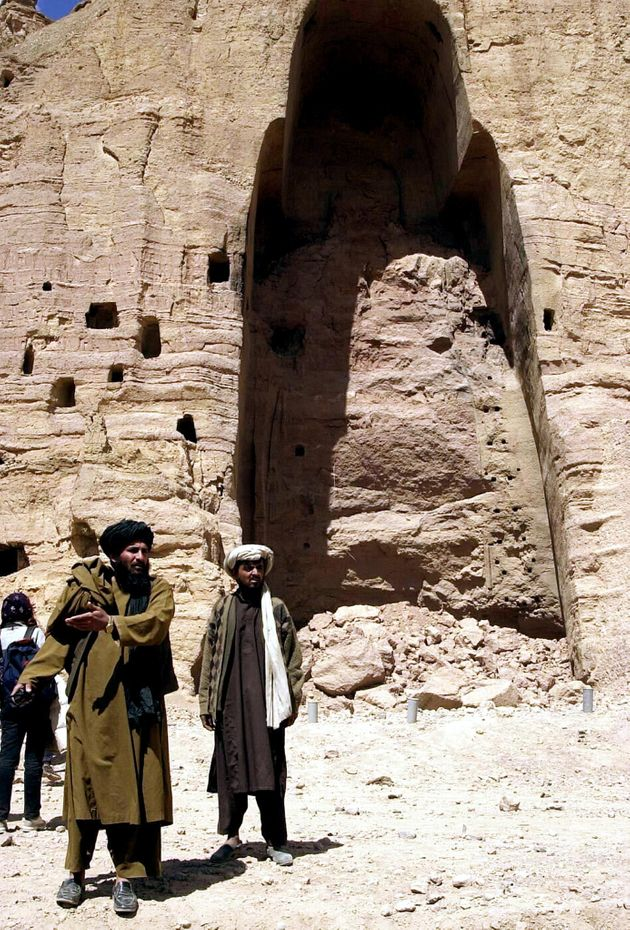アフガニスタンのバーミヤンで、タリバンによる完全破壊後初めて公開された巨大石仏。破壊前は高さ55メートルあった(2001年03月26日撮影)