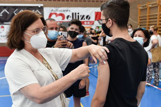 Una sanitaria vacuna a un joven en Alcantarilla,