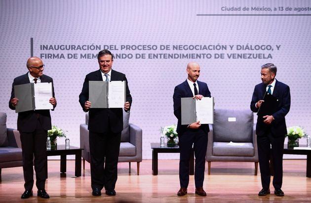Los firmantes del acuerdo entre el Gobierno y la oposición de