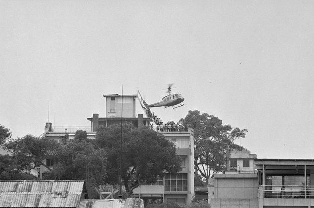 Un helicóptero norteamericano acude a evacuar a empleados de EEUU en un edificio de viviendas...