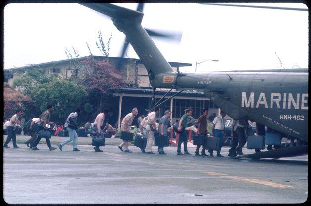 Marines evacuando a civiles de EEUU en la base de Tan Son Nhut, por la caída de Saigón...