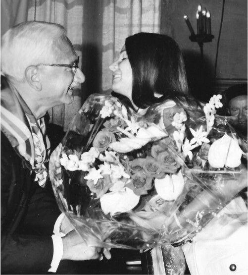 Nella foto è ritratto Albert Sabin con al collo il fazzoletto della sua contrada mentre riceve un omaggio floreale da una contradaiola della Nobil Contrada dell'Oca durante la cerimonia in Comune per il conferimento della cittadinanza onoraria di Siena (1 luglio 1970).