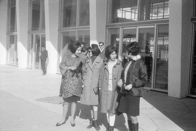 Varias mujeres, en las puertas del aeropuerto de Kabul (Afganistán) en