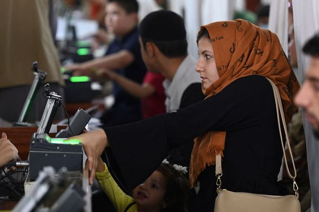 Una mujer, en la oficina de expedición de pasaportes, en Kabul, el 25 de julio de