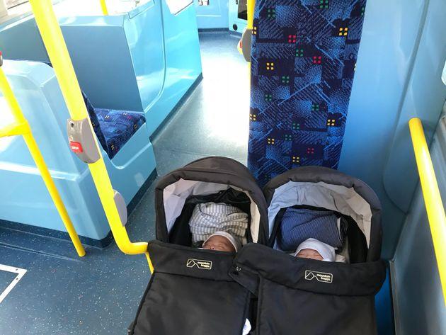 ロンドンの路線バスは車いす用のスペースにベビーカーをたたまず乗れる