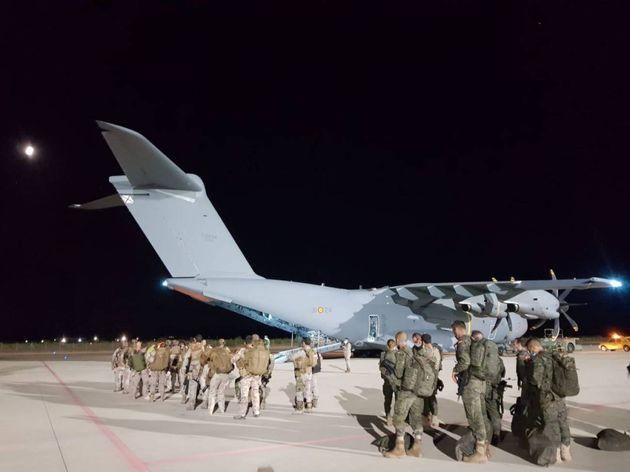 Imagen de los soldados embarcando en el avión, rumbo a