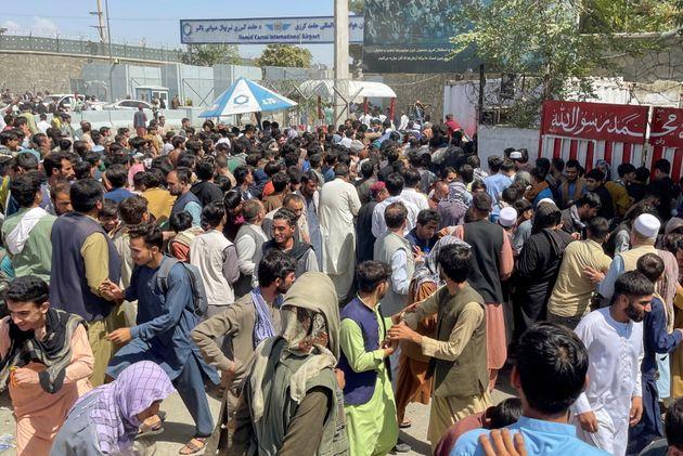 Ciudadanos de Kabul, tratando de entrar en el aeropuerto de la capital,