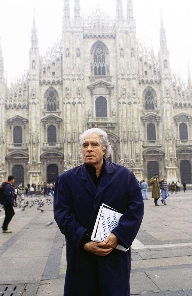 Italian opera and theatre director Giorgio Strèhler (1921 - 1997), near the Duomo di Milano, Milan, 29th November 1994. (Photo by Leonardo Cendamo/Getty Images)