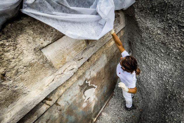 Rinvenuta una tomba con resti umani e suppellettili presso la necropoli di Porta Sarno, a est dell'antico centro urbano di Pompei. Sulla lastra marmorea posta sul frontone della tomba un'iscrizione commemorativa del proprietario Marcus Venerius Secundio richiama, straordinariamente, lo svolgimento a Pompei di spettacoli in lingua greca, mai prima attestati in maniera diretta. Si tratta dell'ultima scoperta di Pompei, avvenuta nel corso di una campagna di scavo promossa nell'area della necropoli di Porta Sarno, dal Parco Archeologico di Pompei e dall'Università Europea di Valencia Napoli 16 Agosto 2021. ANSA/CESARE ABBATE