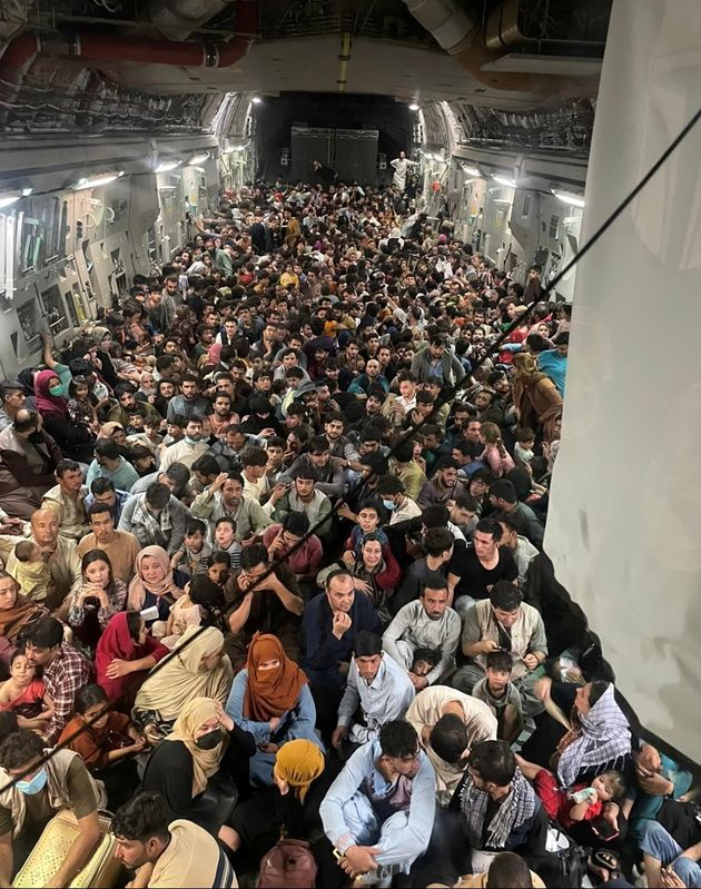 Des personnes évacuent Kaboul à bord d'un Globemaster III de l'US Air Force, le 15 août