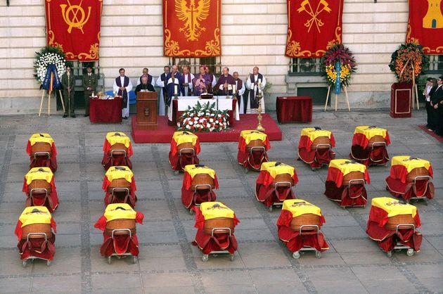 Funeral en Madrid, en agosto de 2005, por los 17 militares muertos al caer un helicóptero Cougar...