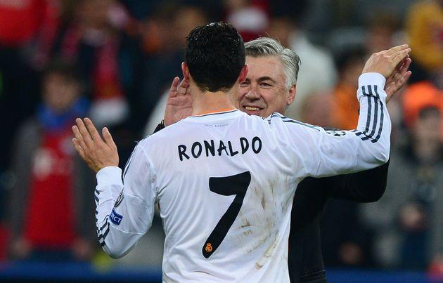 Cristiano Ronaldo y Carlo Acelotti abrazándose en el Real