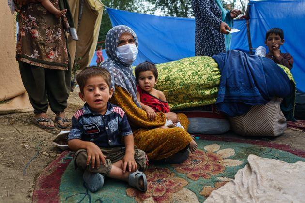Una mujer viuda que huye de los talibanes con su